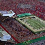Gebetsteppiche und Koranbücher in der Jame-Moschee