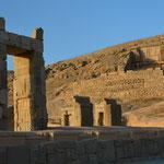 Blick vom 100-Säulen-Palast auf die Felsreliefs
