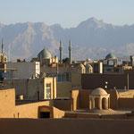 Blick auf Yazd mit Gebirge Kuh-e Bonkahar (3366m) im Hintergrund
