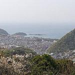 3月31日 飯田博茂 撮影 長柄大山からの眺めです。春霞の中、山桜は満開でした。 ソッカ山頂