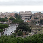 Blick über Forum Romanum und Kolosseum