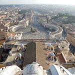 Blick vom Petersdom auf Engelsburg und Tiber