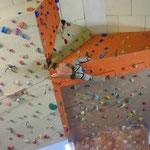 Danny akrobatisch im großen neuem Dach der Kletterhalle Untreusee