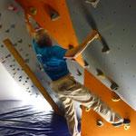 Rainer sucht in der gelben Route den Weg nach oben