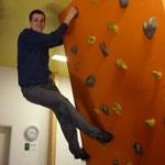Frederic macht Klettermeter um die Säule.