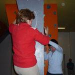 geballter Frauenpower -  Giesela und Jana unermütlich beim Umrunden der Säule