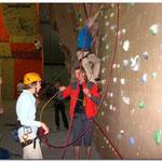 überall Seile und Knoten und Kletterer...und wie vorbildlich, eine Kletterin mit Helm