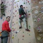 Lars sichert Henry an der Kletterwand des Sportparks Untreusee