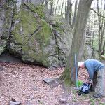 Wolfgang und Rainer am rechten Teil der Schafswand, welche fast völlig bemoost ist.