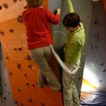 Giesela und Christiane versuchen synchron und gleichmäßig zu klettern