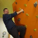 """Peter bei seiner ersten Berührung mit dem """"Bouldern"""""""
