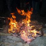 Nach dem Klettern gibt es ein wärmendes Lagerfeuer.