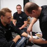Vor meinem ersten Profikampf beim Tapen. Mit Cutman Giulio Spagnoli (rechts) und Sebastian Sylvester (mitte)
