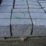 Mauerstein ca. 40/40/80 cm gespalten und nachgearbeitet