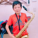 中学生2年生です。中学1年生から習っています。毎回、とても楽しくレッスンしています。部活の曲もみてもらっていて、今年は、学校の吹奏楽コンクールで全国大会に出場しました。