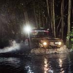 Wasserdurchquerung in der Nacht