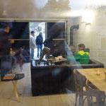 Bar durch das Fenster