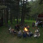 alabendliches Camp mit Lagerfeuer