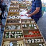 Le fromager sur le marché gourmand.