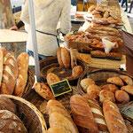Le boulanger sur le marché gourmand...
