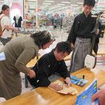 終了後、サインを求められ・・・・翔太君は慣れた感じで(笑い)