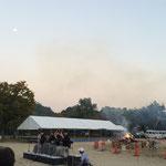 明日の朝まで ハニワを焼いて完成と聞きました。 演奏終了時間には、月も見えました。