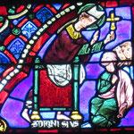 Denis enseigne à un groupe de pesonnes et leur montre la croix
