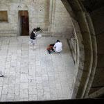Salle des verriers : interwiev de Mme Véronique Schmitt pendant le tournage du DVD sur la cathédrale en 2009
