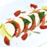 【モッツァレラチーズとトマトバジル添え】  水牛のチーズ独特の舌触りをお楽しみ下さい。