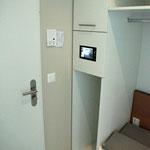 Kontrollmonitor in Schrank eingebaut