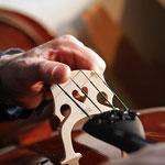 Korrigieren der Stehposition beim Cello.