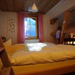 Das Luft-Zimmer, mit Dachschräge und freiliegenden Balken für 2 Personen.