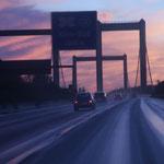 Rheinbrücke aus dem fahrenden Auto heraus fotografiert