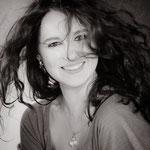 Portrait_noir_et_blanc_de_jeune_femme_photographe_professionnel