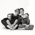 Photographie_de_famille_Portrait_noir_et_blanc_de_jeunes_femmes_photographe_professionnel