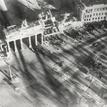 Adolph C. Byers, Hein Gorny - Brandenburger Tor, Berlin 1945 - 1946 - Silbergelatineabzug/gelatin silver print - 9,1 x 11,7 cm - © Hein Gorny / A.C. Byers - Collection Regard