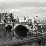 Hein Gorny - Waisenbrücke, Berlin 1945 - 1946 - Silbergelatineabzug/gelatin silver print - 9,1 x 11,7 cm - © Hein Gorny - Collection Regard