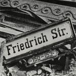 Hein Gorny - Friedrichstraße, Berlin 1945 - 1946 - Silbergelatineabzug/gelatin silver print - 7,9 x 7,3 cm - © Hein Gorny - Collection Regard