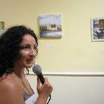 Il critico e storico dell'arte Dott.ssa Carmelita Brunetti mentre illustrava le opere