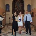 Consegna dell'Attestato di partecipazione alla pittrice Lina Francesca Amendola con relativo omaggio