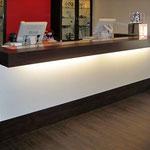 Mostrador recepción con dos puestos de atención laminado color Roble con iluminación led