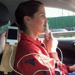 Jennys Handy braucht Strom.....Auto WhatsApp battle beginnt ->