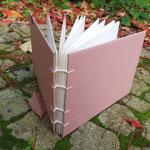Das ist ein Buch in der alle Seiten einzeln gebunden sind, da es starkes 300g Aquarell-Papier ist. Auf Wunsch gerne bestellbar!