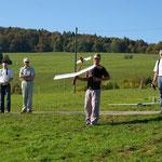 Es konnte nicht anders kommen, der Flieger hängt in der 20 Meter Baumkrone....-)