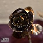 Edelstahlblumen - Edelstahlrose verfärbt - Detailansicht Edelstahlblüte (© Raven Metall Design)