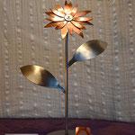 Edelstahlblumen - Edelstahlblume mit Kupferblüte (© Raven Metall Design)