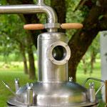 Edelstahlbrennerei - Edelstahldestille mit Druckwasserbad und Rohrbündelkühler - Detailansicht Hut und Schaugläser (© Raven Metall Design)