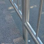 Edelstahlgeländer - Stabgeländer aus Edelstahl -Detailansicht Steher und Stäbe (© Raven Metall Design)
