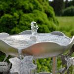 Edelstahlbrunnen -  Gartenbrunnen aus Edelstahl mit Efeuranken auf Granitsäule - Detailansicht Wasserschale (© Raven Metall Design)