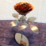 Edelstahlblumen - Edelstahlrose mit Kupferblüte (© Raven Metall Design)